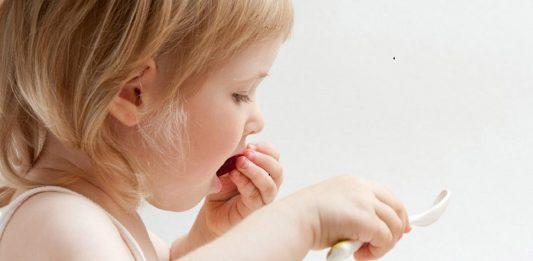 Mangiare con le mani aiuta l'alimentazione dei bambini